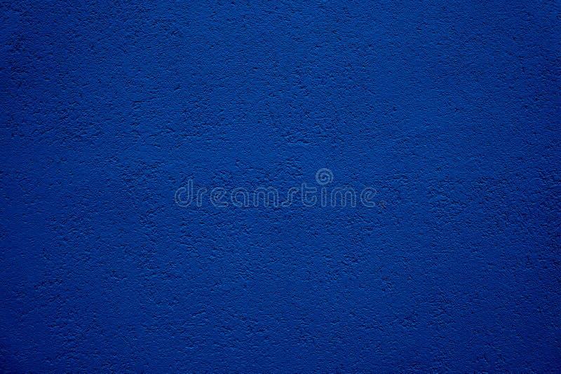 Dunkelblauer Wandhintergrund Kornstuck-Gipswand von einem leeren rustikalen einfachen blauen Wandhintergrund der Hausgroben Außen stockbild
