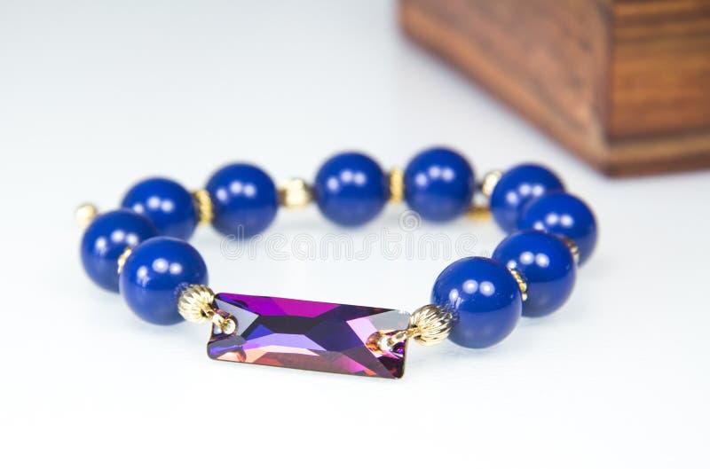 Dunkelblaues perlenbesetztes Armband mit Goldverschluß lizenzfreies stockfoto