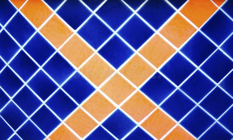 Dunkelblaues und orange Quadrat, Querfliesenmusterwand lizenzfreies stockbild