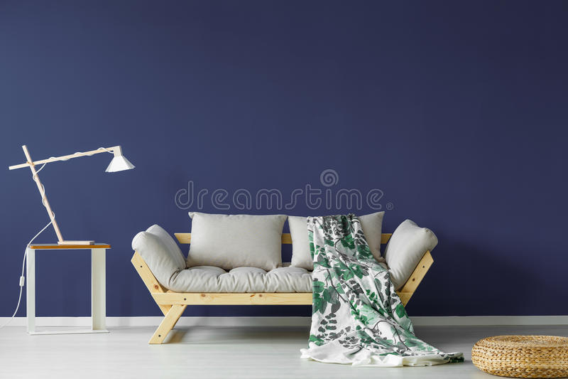 Dunkelblaues Wohnzimmer lizenzfreie stockbilder