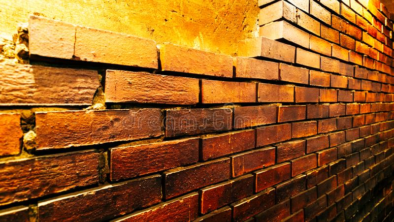 Dunkelbraune Backsteinmauer, Seitenansicht stockbilder