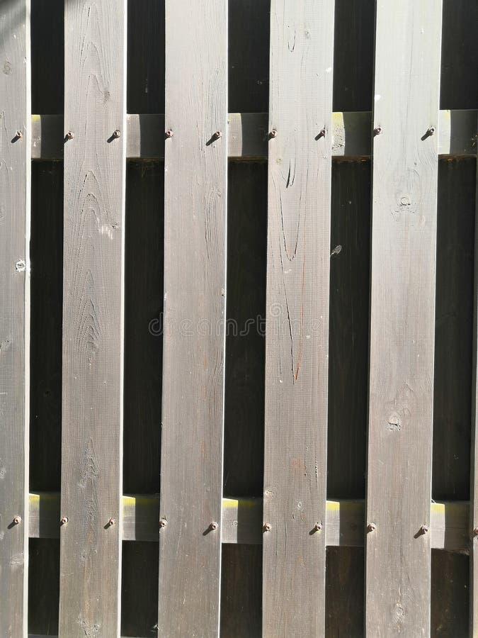 Dunkelbrauner Beschaffenheitshintergrund der hölzernen Planke im Sonnenlicht stockbild