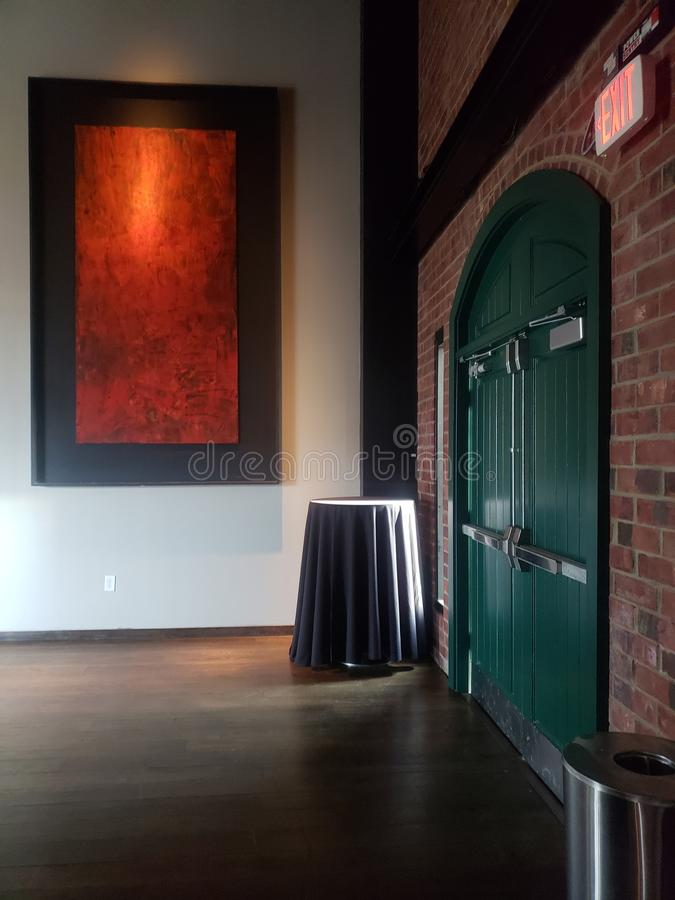 Dunkelgrüne Ausgangstür im Hotel mit der Sonnenlichtentstörung stockfotografie
