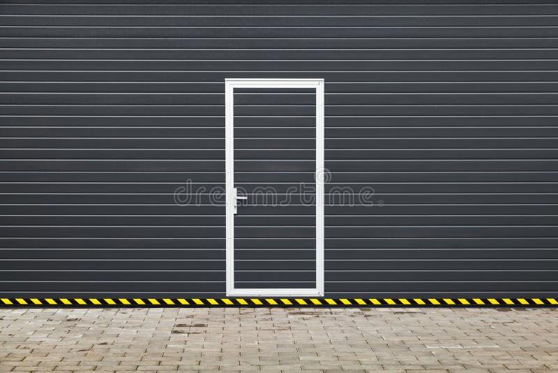 Garagentor mit tür modern  Dunkelgraues Modernes Garagentor Mit Tür Stockbild - Bild von modern ...
