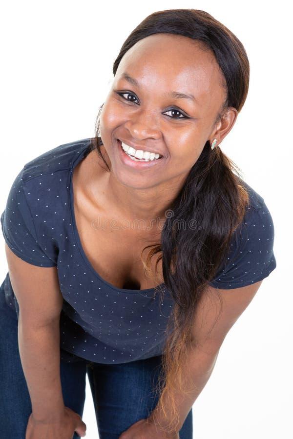 Dunkelhäutige Frau gekleidetes zufällig lächeln ihre weißen geraden Zähne froh, zeigend lizenzfreie stockfotografie
