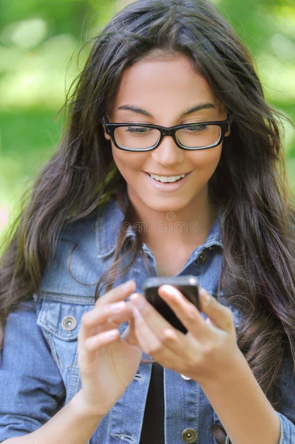 Dunkelhaarige Junge Frau Liest Stockbild - Bild von junge