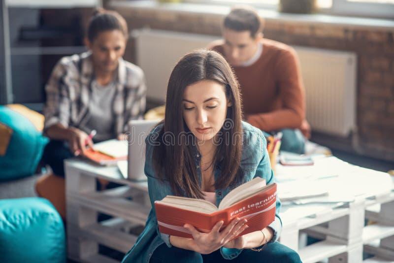 Dunkelhaarige Studentinnen fühlen sich beim Chinesisch-Lernen konzentriert stockbild