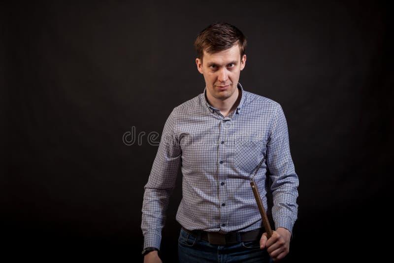 Dunkelhaariger Mann in einem karierten Hemd stockbilder
