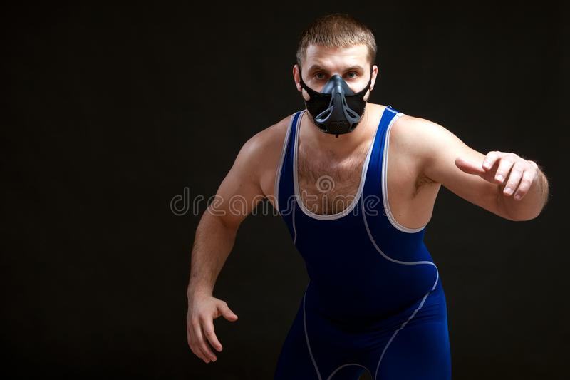 Dunkelhaariger Mann Fighting stockfotografie