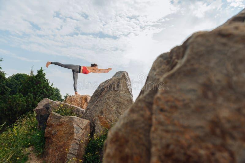 Dunkelhaariger Yogalehrer, der das Haupt-asana zeigt lizenzfreie stockfotografie