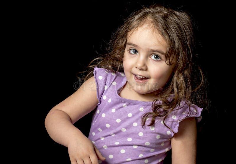 Dunkelhaariges Kleinkind im Studio mit einer Vielzahl von Eil lizenzfreie stockfotos