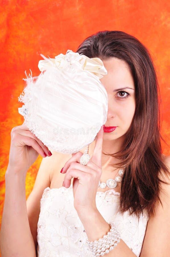 Dunkelhaariges Mädchen in einem Heiratskorsett auf einem abstrakten Hintergrund stockbilder