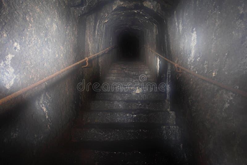 Geheimnis-Dunkelheit aus dem Tunnel im Treppenhaus heraus stockfotos