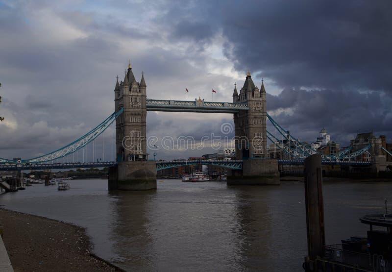 Dunkelheit bewölkt umgebende London-Brücke lizenzfreies stockbild
