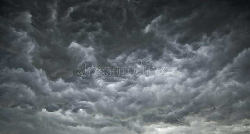 Dunkelheit-ominöse Wolken stockfotografie