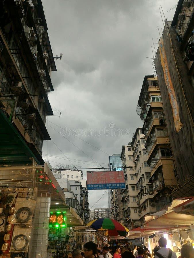 Dunkelheit, welche die Stadt bedeckt stockbilder