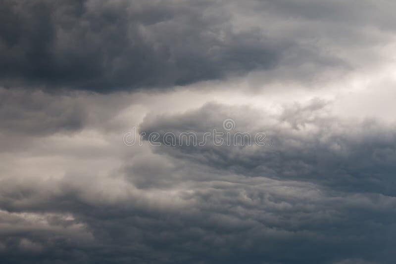 Dunkelheits-ominöser Himmel lizenzfreies stockfoto