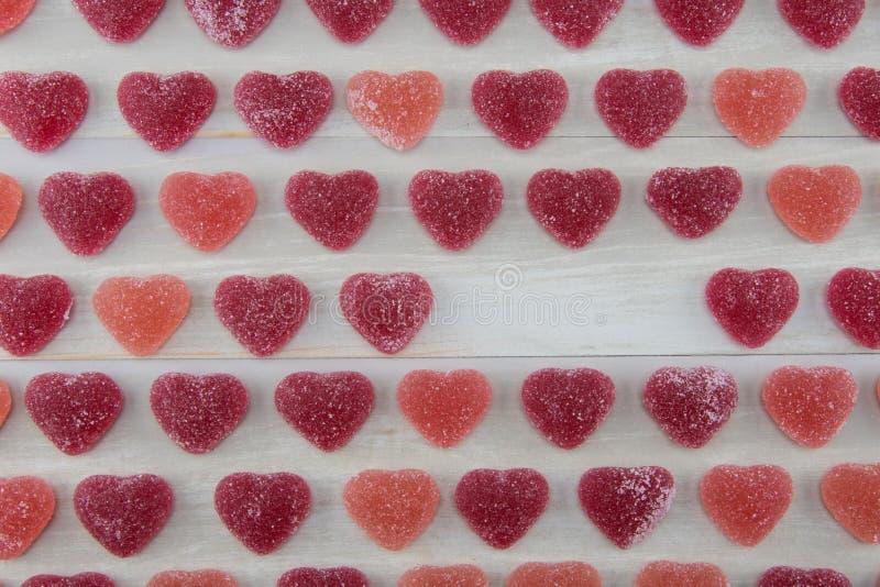 Dunkelrote und rosa gummiartige Herzen mit leerem Bereich stockfotos