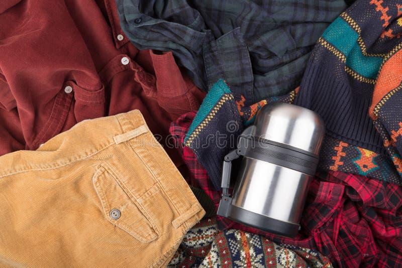 Dunkelrotes Baumwollsamthemd auf dem hölzernen Hintergrund lizenzfreie stockbilder