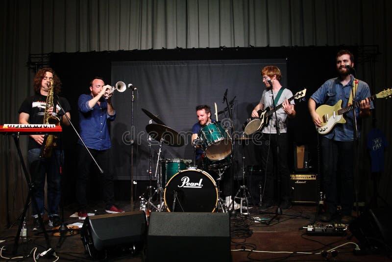 DUNKELT - Område av oberoende tillverkare - Rad Trads i konsert royaltyfri foto