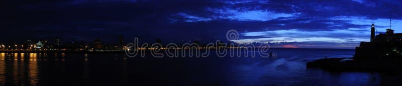 Dunkelwerden auf Havana-Schachtpanorama stockfotos