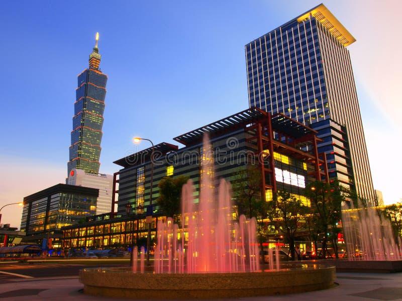 Dunkelwerden und moderne Gebäude lizenzfreies stockbild