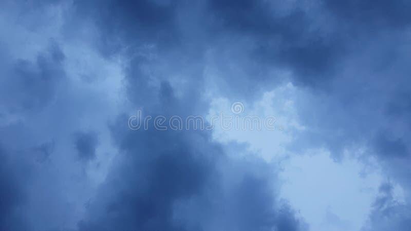 Dunkelwolkiger Himmel am Vorabend eines Regstorms lizenzfreie stockfotografie