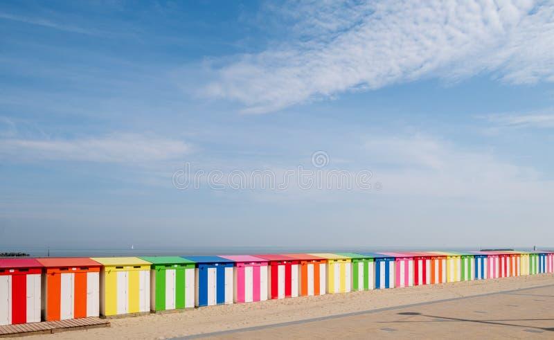 Dunkerque Frankrike: Ljust kul?ra randiga strandkojor p? havsframdelen p? den Malo-Les-Bains stranden i Dunkirk royaltyfri bild