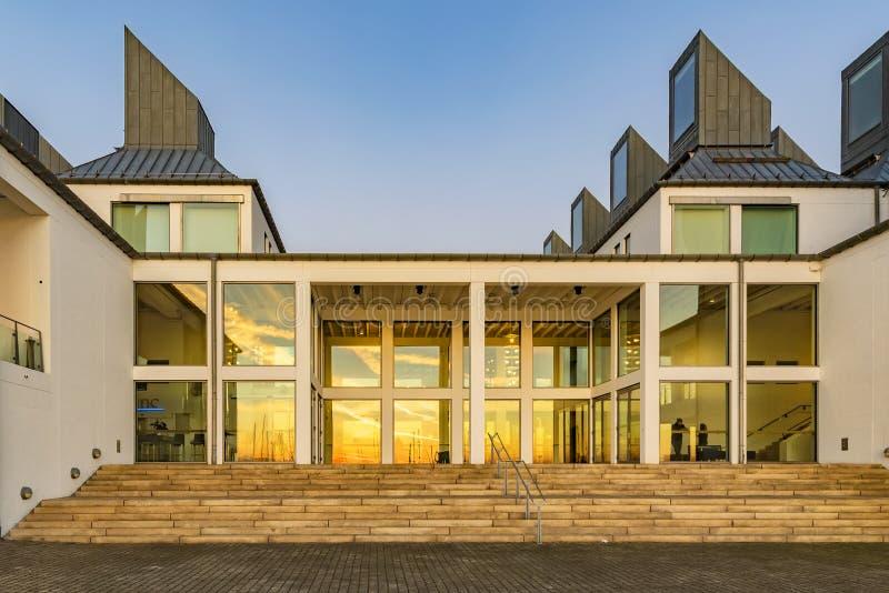 Dunkers Kulturhus en la puesta del sol imagenes de archivo
