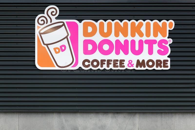 Dunkin` Donuts teken op een muur stock fotografie