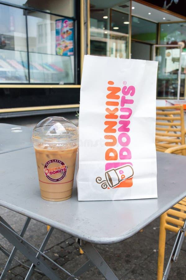 Dunkin` Donuts zak en Bevroren Coffe royalty-vrije stock afbeeldingen