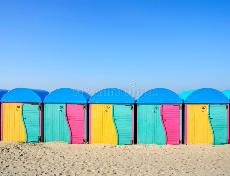 Dunkirk plaży klimaty: Odmienianie pokoje zdjęcie royalty free