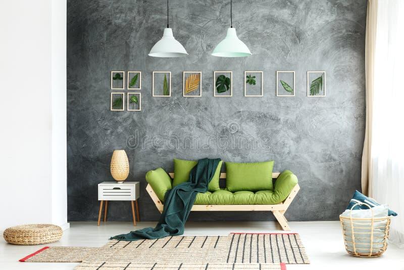Dunkle Decke geworfen auf Couch lizenzfreie stockfotografie