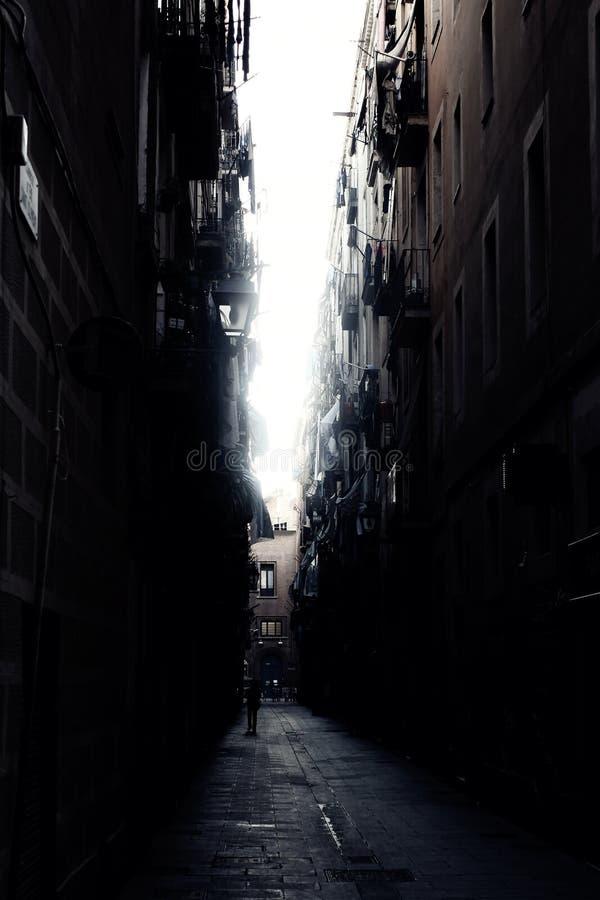 Dunkle Gasse in Barcelona lizenzfreie stockfotografie