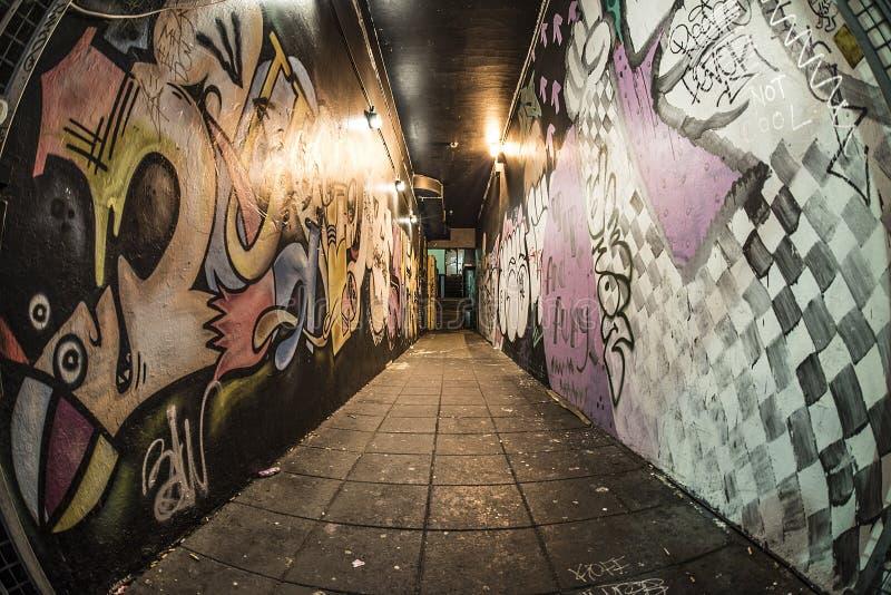 Dunkle Gasse nachts mit Graffiti lizenzfreies stockfoto