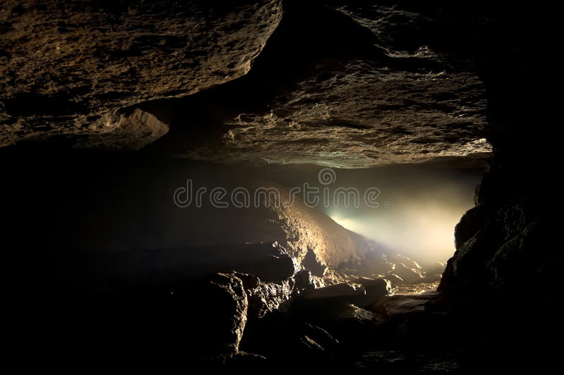 Dunkle Höhle stockfotografie