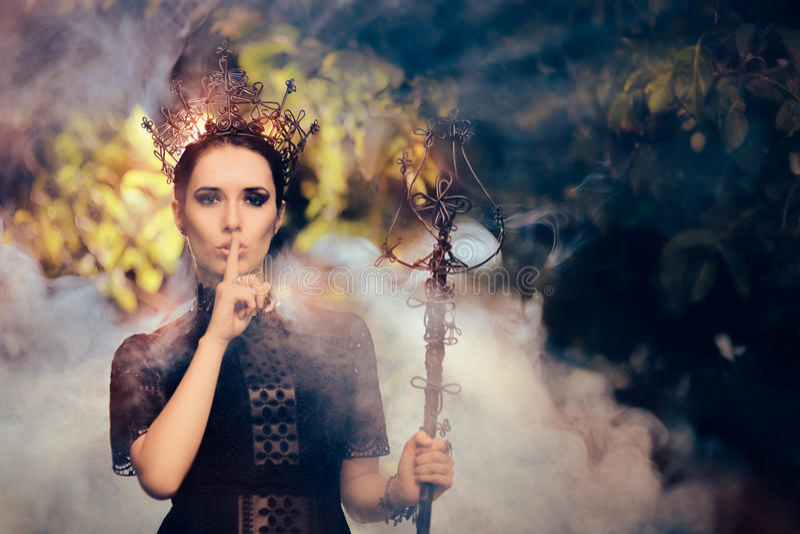 Dunkle Königin, die ein Geheimnis hält lizenzfreies stockfoto