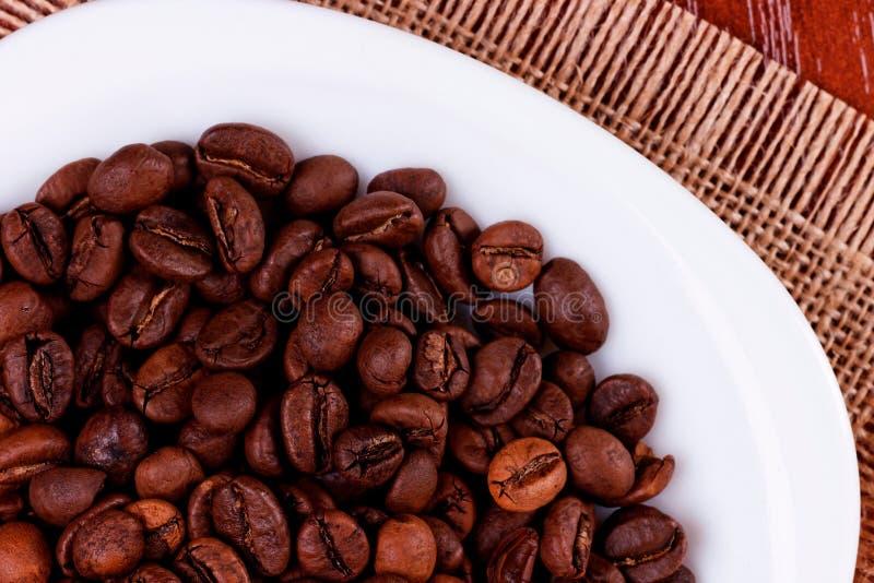 Dunkle Kaffeebohnen lizenzfreie stockfotos
