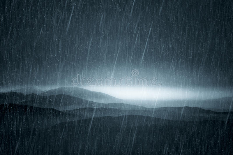 Dunkle Landschaft mit Regen lizenzfreie stockfotos