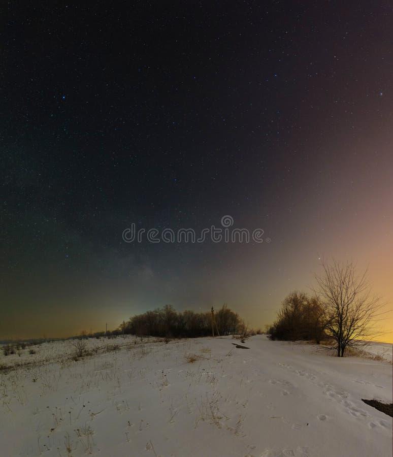 Dunkle Nachtlandschaft mit Milchstraße Winternachtlandschaft in Kryviy Rih, Ukraine lizenzfreie stockfotos
