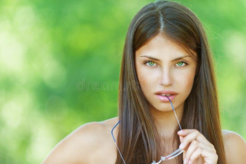 Dunkle Nahaufnahmen des schönen Mädchens schließen kurz lizenzfreies stockbild
