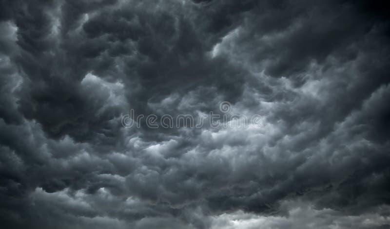 Dunkle, ominöse Regen-Wolken stockbild