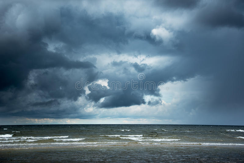 Dunkle Ostsee stockbild