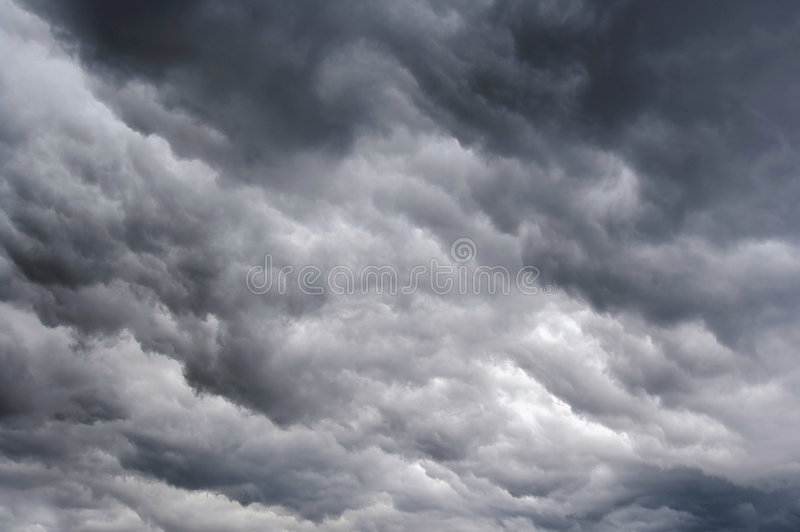 Dunkle regnerische Wolken stockfoto