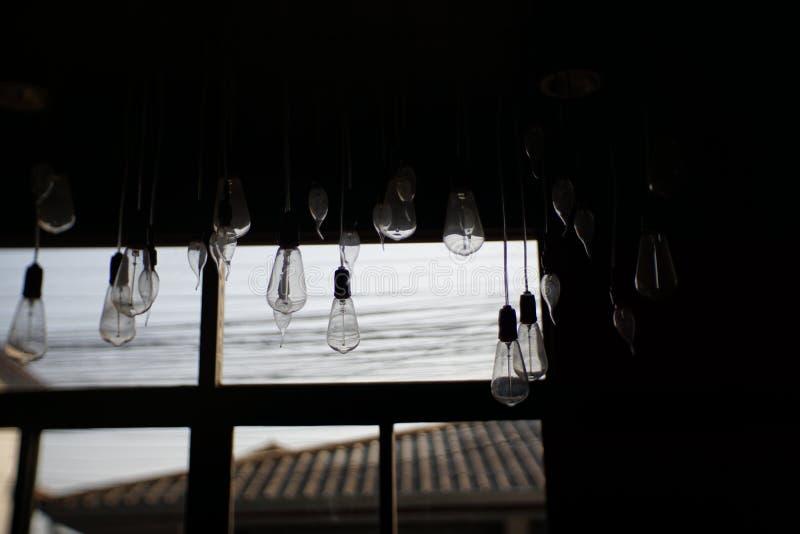 Dunkle schöne interne Laden- mit Schaufensteransicht mit Abend-Licht Fühler stockbilder
