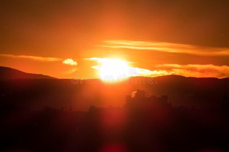 Dunkle Schattenbilder - magisch und heller Sonnenuntergang stockbilder