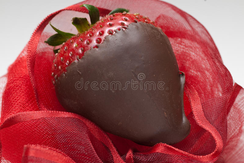 Dunkle Schokolade deckte Erdbeere ab stockbilder