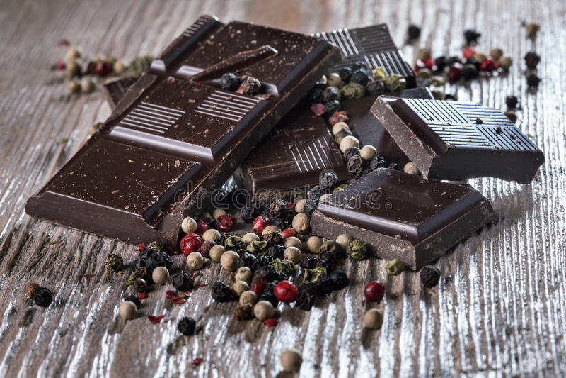 Dunkle Schokolade mit Pfeffer lizenzfreie stockfotos