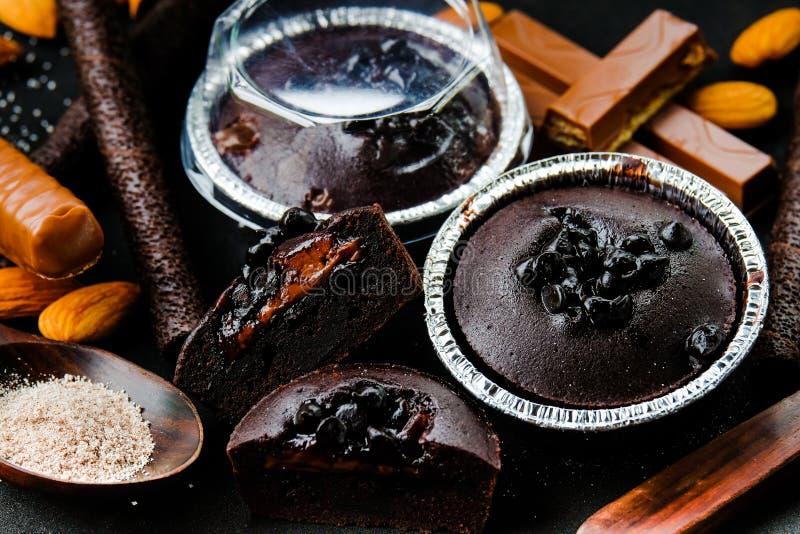 Dunkle Schokoladenlava des Muffins mit Schokoladensplitter in Folienbehälter brea lizenzfreie stockbilder