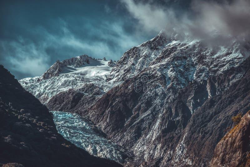 Dunkle schroffe Berge und Franz Josef Glacier lizenzfreie stockbilder